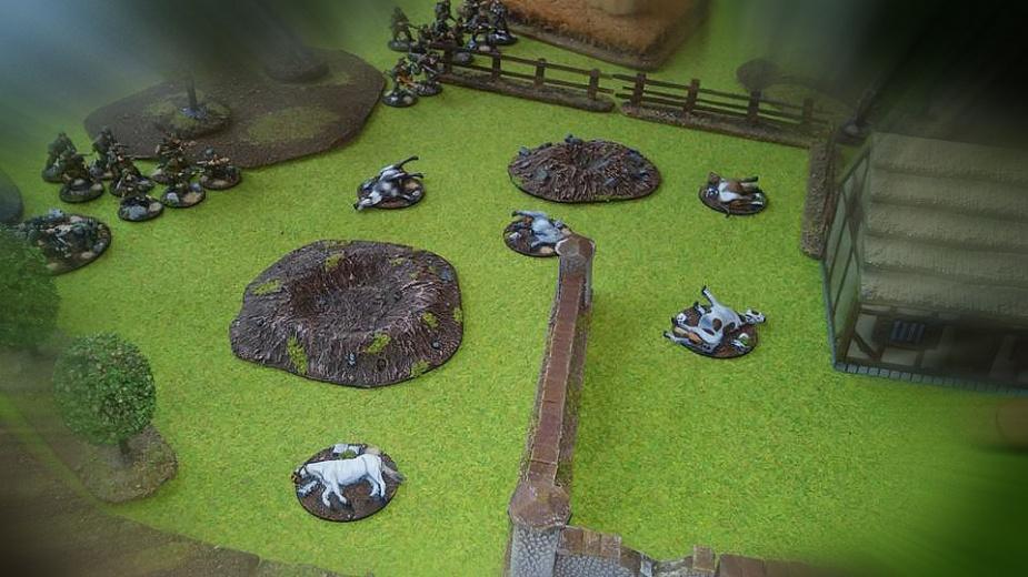 Grenadierzy idą przez zaorane ostrzałem artylerii pastwisko