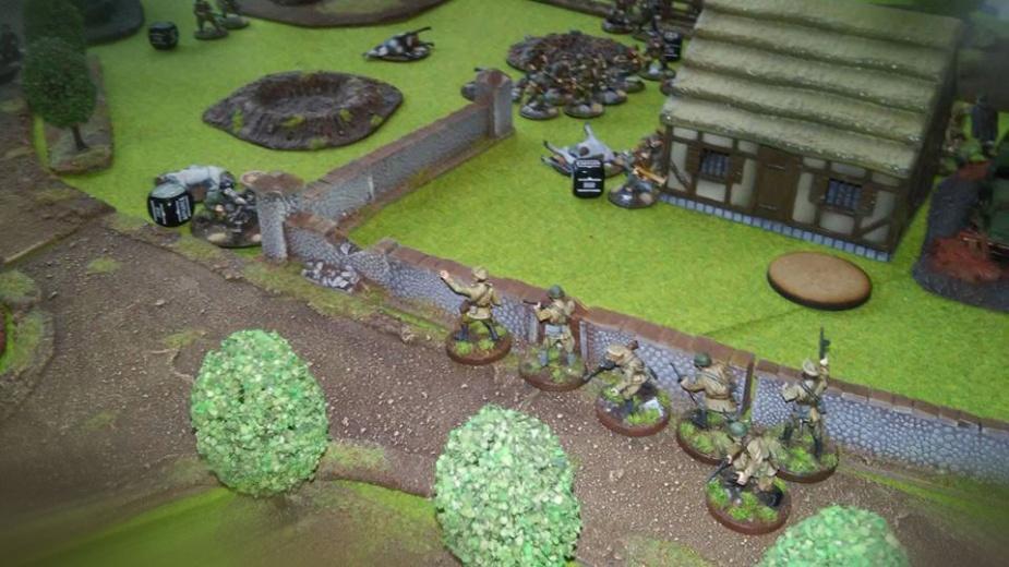 Natarcie wzdłuż muru na karabin maszynowy